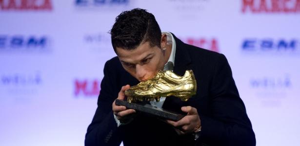 a2490ebe24 Cristiano Ronaldo beija sua terceira Chuteira de Ouro europeia