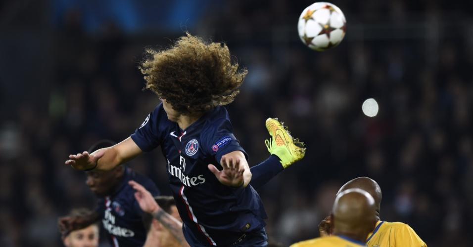 David Luiz, zagueiro do PSG, se estica para cortar a bola no jogo contra o Apoel, pela Liga dos Campeões