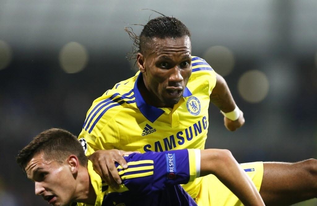 Drogba faz cara de assustado durante jogo do Chelsea pela Liga dos Campeões