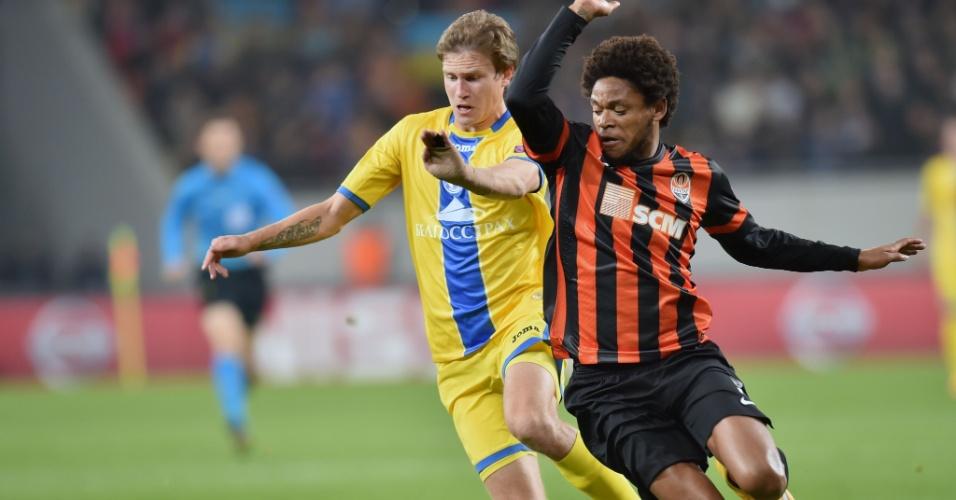 Luiz Adriano supera disputa a bola pelo Shakhtar na Liga dos Campeões