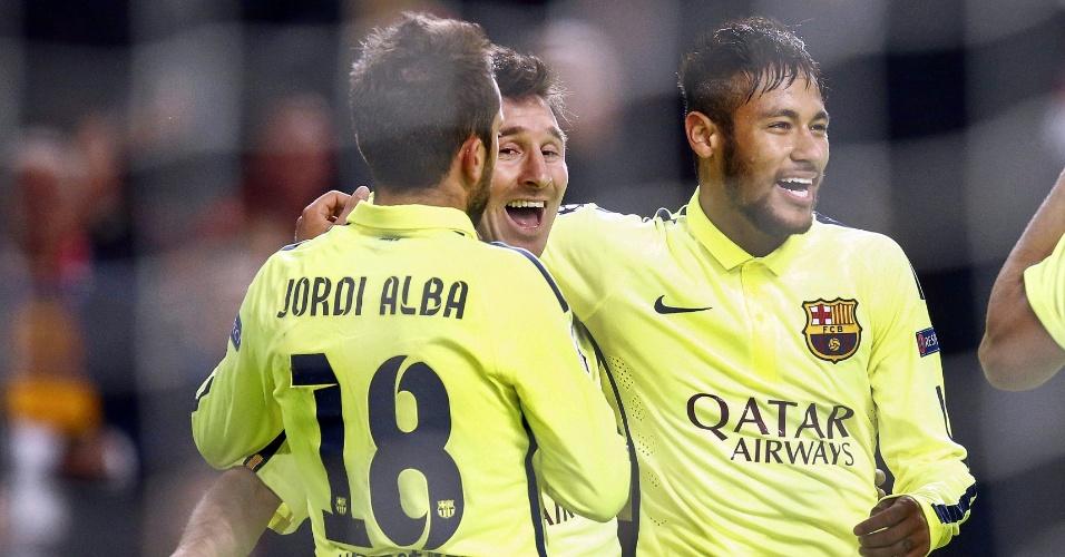 Messi (centro) comemora com Alba (esquerda) e Neymar (direita) o gol do argentino