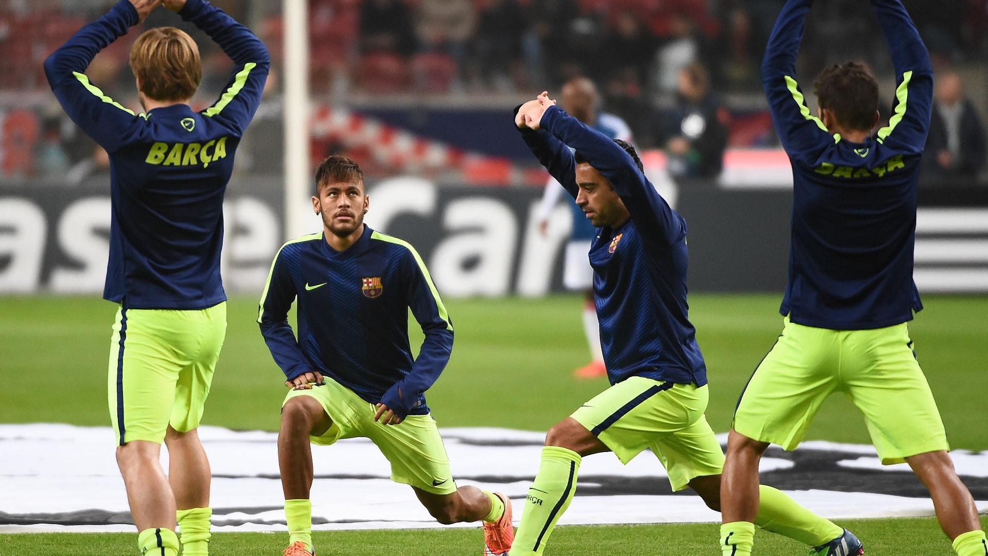Neymar faz aquecimento antes do jogo do Barcelona pela Liga dos Campeões