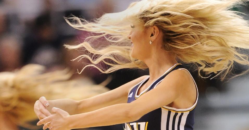 05.nov.2014 - Cheerleader do Utah Jazz se apresenta na vitória sobre o Cleveland Cavaliers