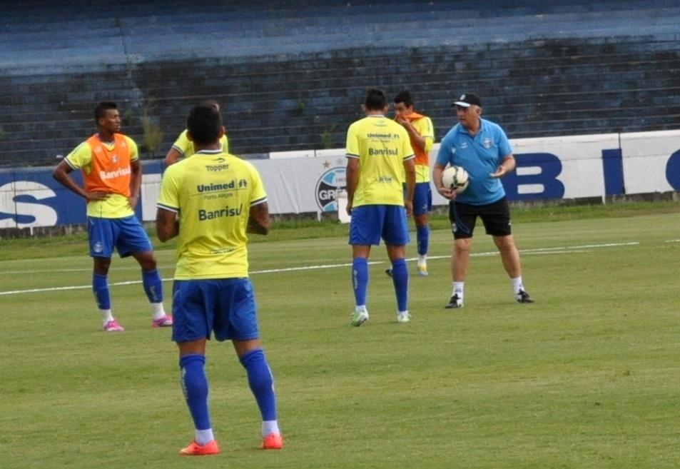 06 nov 2014 - Felipão passa instruções para jogadores do Grêmio em treinamento com 14