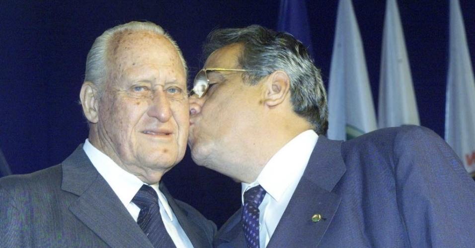 Eurico Miranda beija João Havelange, ex-presidente da Fifa
