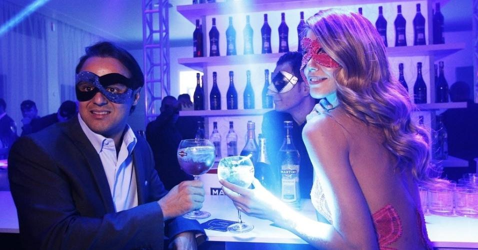 Felipe Massa brinda com a blogueira Martha Graeff em festa que antecede o final de semana da Fórmula 1
