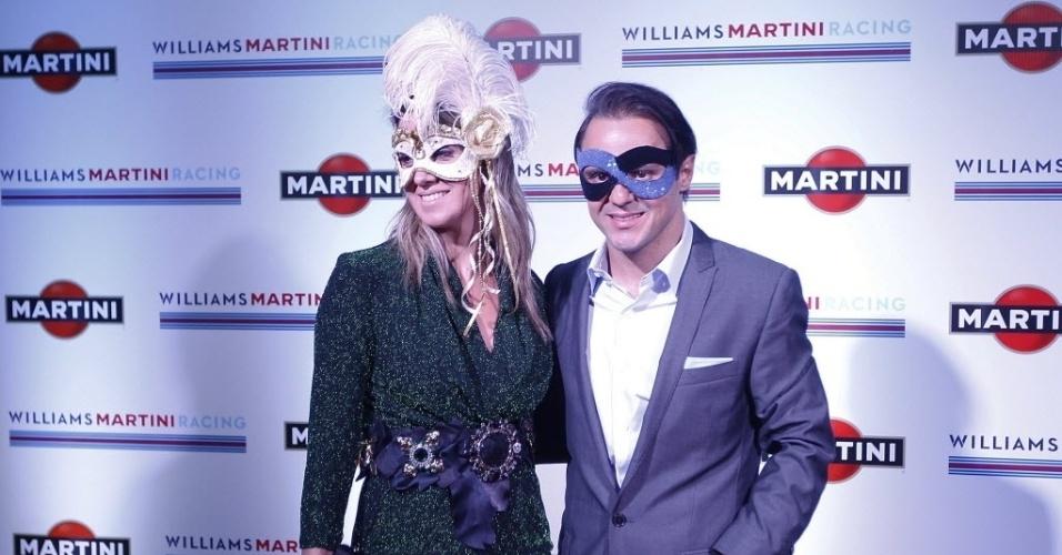O pilot Felipe Massa posa para foto ao lado da mulher Anna Raffaela