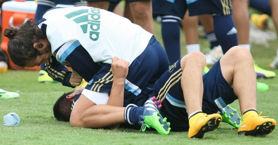 Valdivia brinca de luta com Cristaldo em treino do Palmeiras