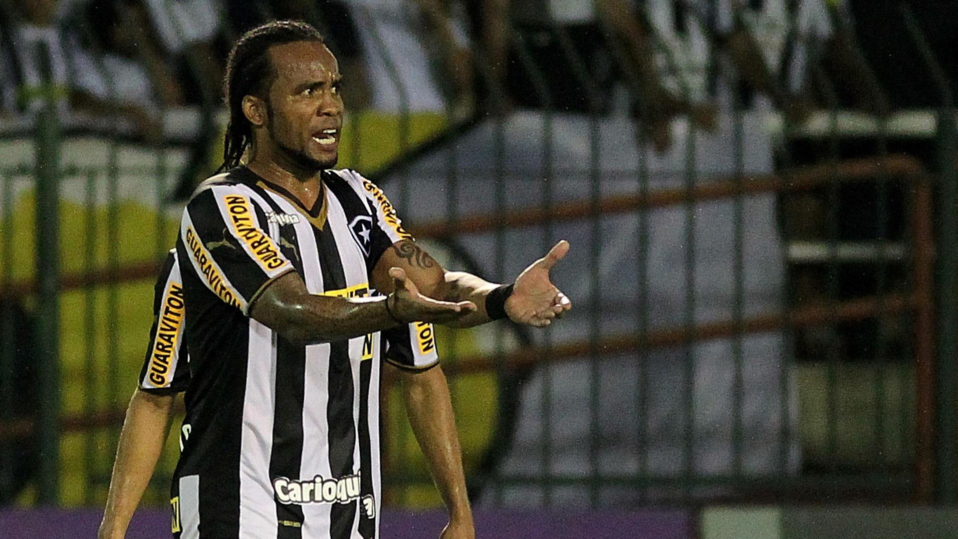 Carlos Alberto reclama durante jogo entre Botafogo x Atlético-PR, no Raulino de Oliveira, em Vollta Redonda