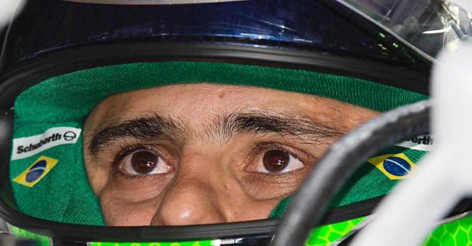 Felipe Massa se concentra antes de entrar na pista em Interlagos