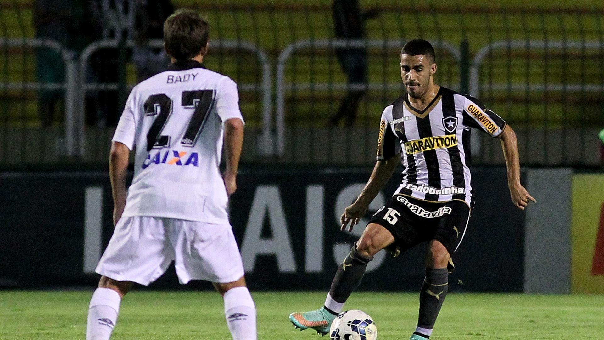 Gabriel, do Botafogo, é marcado por Bady, do Atlético-PR, durante derrota do Glorioso diante do Furacão neste sábado em Volta Redonda