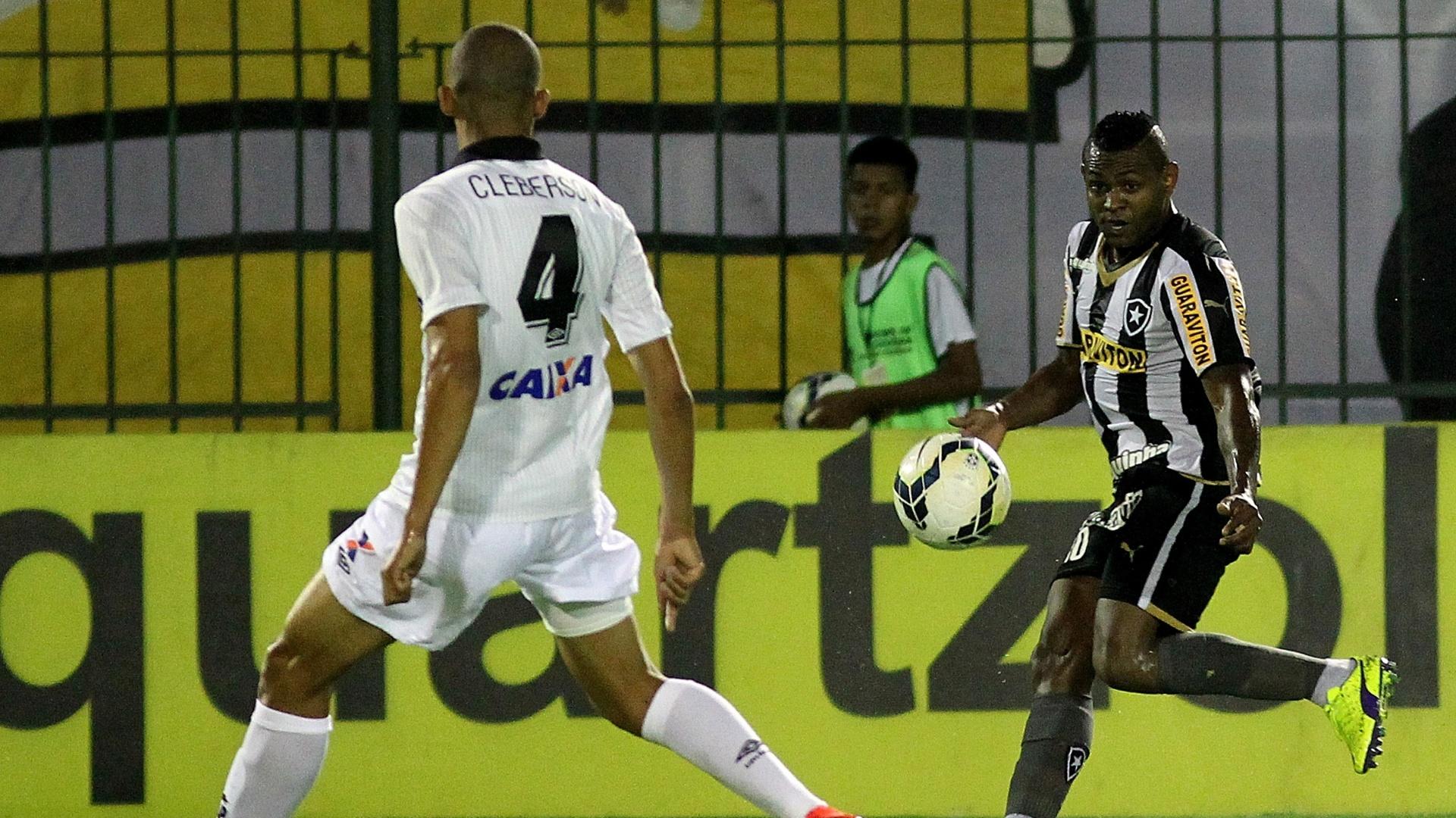 Jobson faz cruzamento para o Botafogo, marcado por Cleberson do Furacão