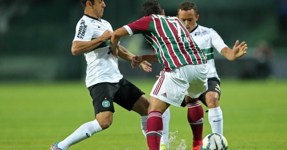 Robinho (e) e Carlinhos, do Coritiba, tentam desarmar Jean, do Fluminense, em jogo no Couto Pereira
