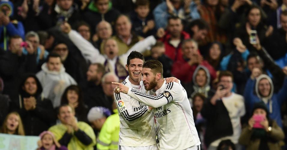 Sérgio Ramos e James Rodríguez comemoram gol do Real Madrid em partida contra o Rayo Vallecano