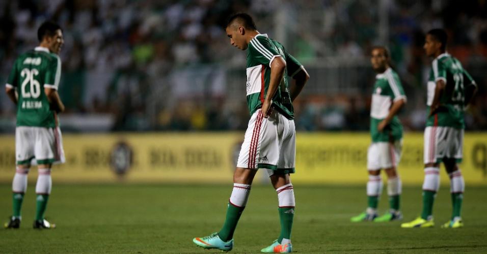 Tóbio e jogadores ao fundo lamentam gol sofrido pelo Palmeiras contra o Atlético-MG