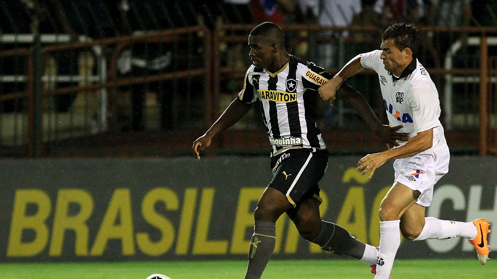 Yuri Mamuti carrega bola marcado de perto por defensor do Atlético-PR