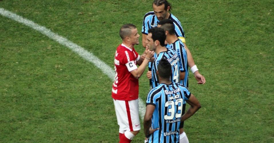 09 nov 2014 - D'Alessandro discute com Alán Ruiz após gol do Grêmio em clássico