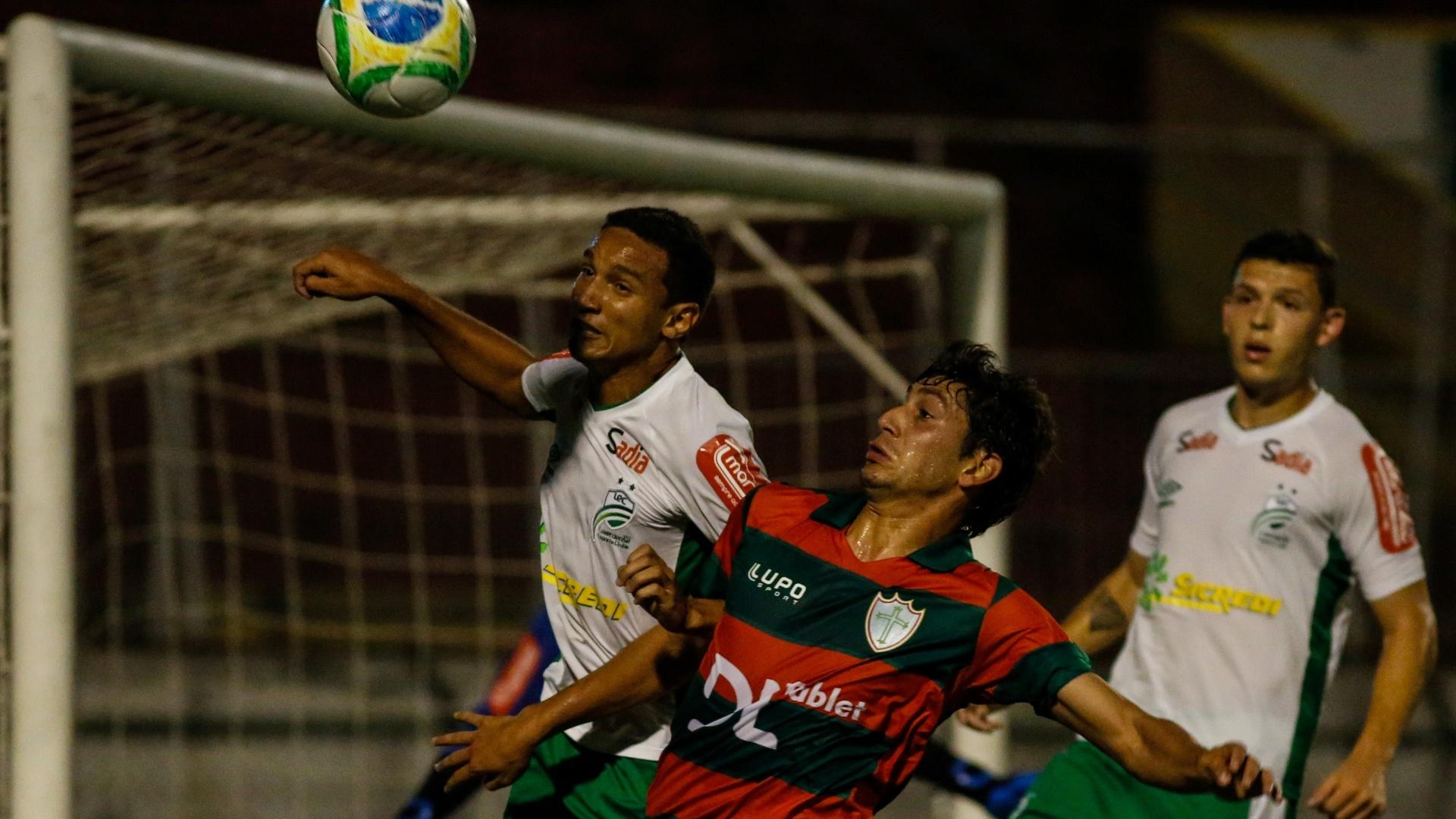 Bruno Piñatares, da Portuguesa, e Samuel, do Luverdense, brigam pela bola em jogo do Canindé
