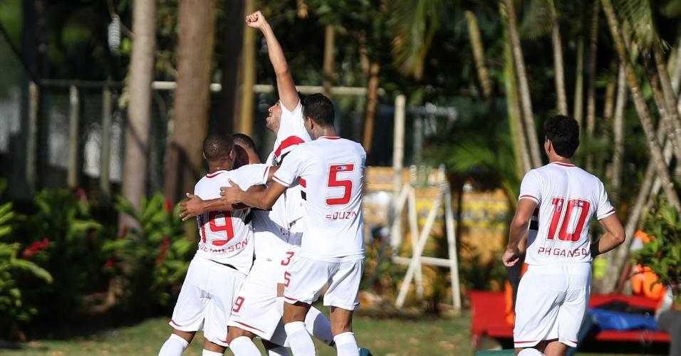 Companheiros de São Paulo abraçam Luís Fabiano após gol no Barradão