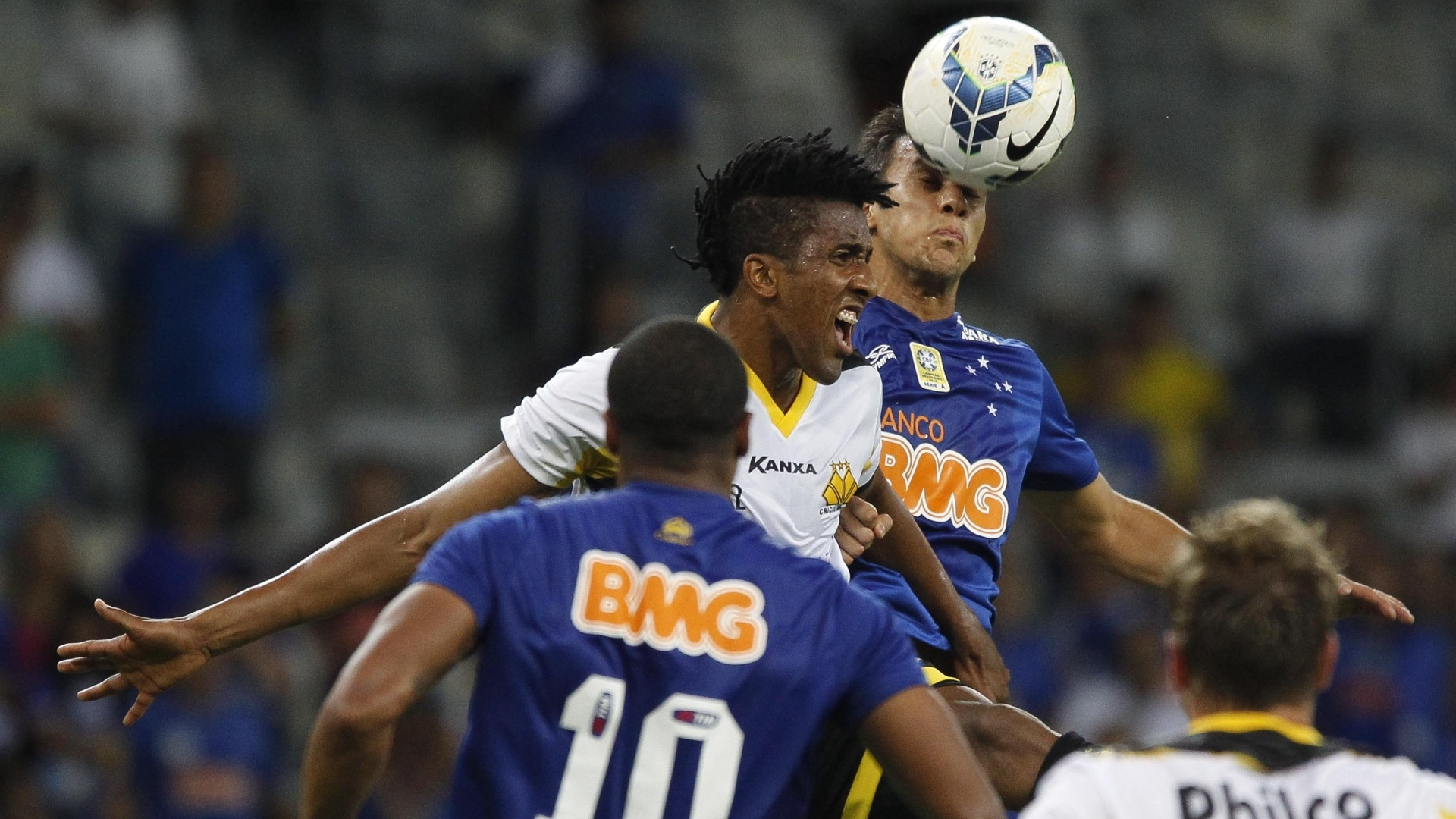 Cortez ganha bola pelo alto para o Criciúma contra o Cruzeiro