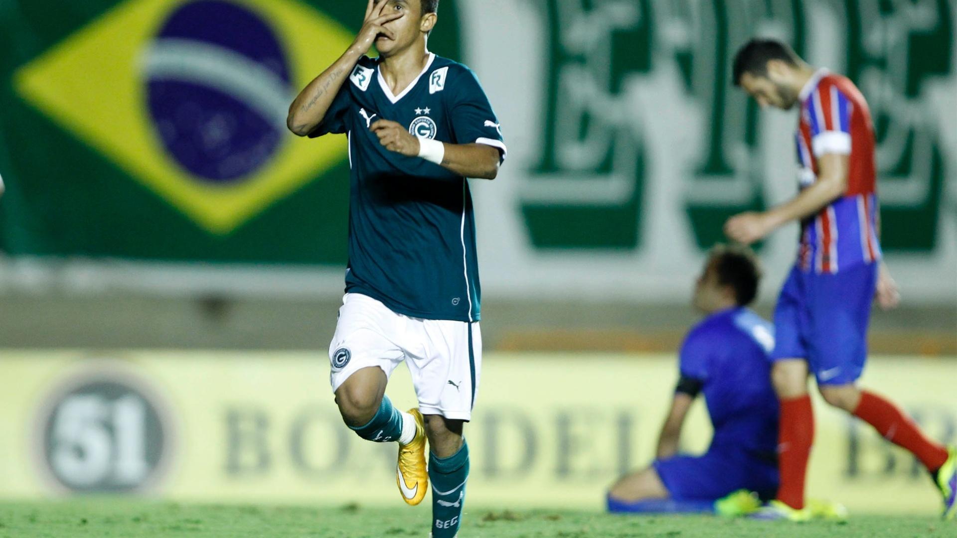 Erik comemora um dos gols da vitória do Goiás sobre o Bahia
