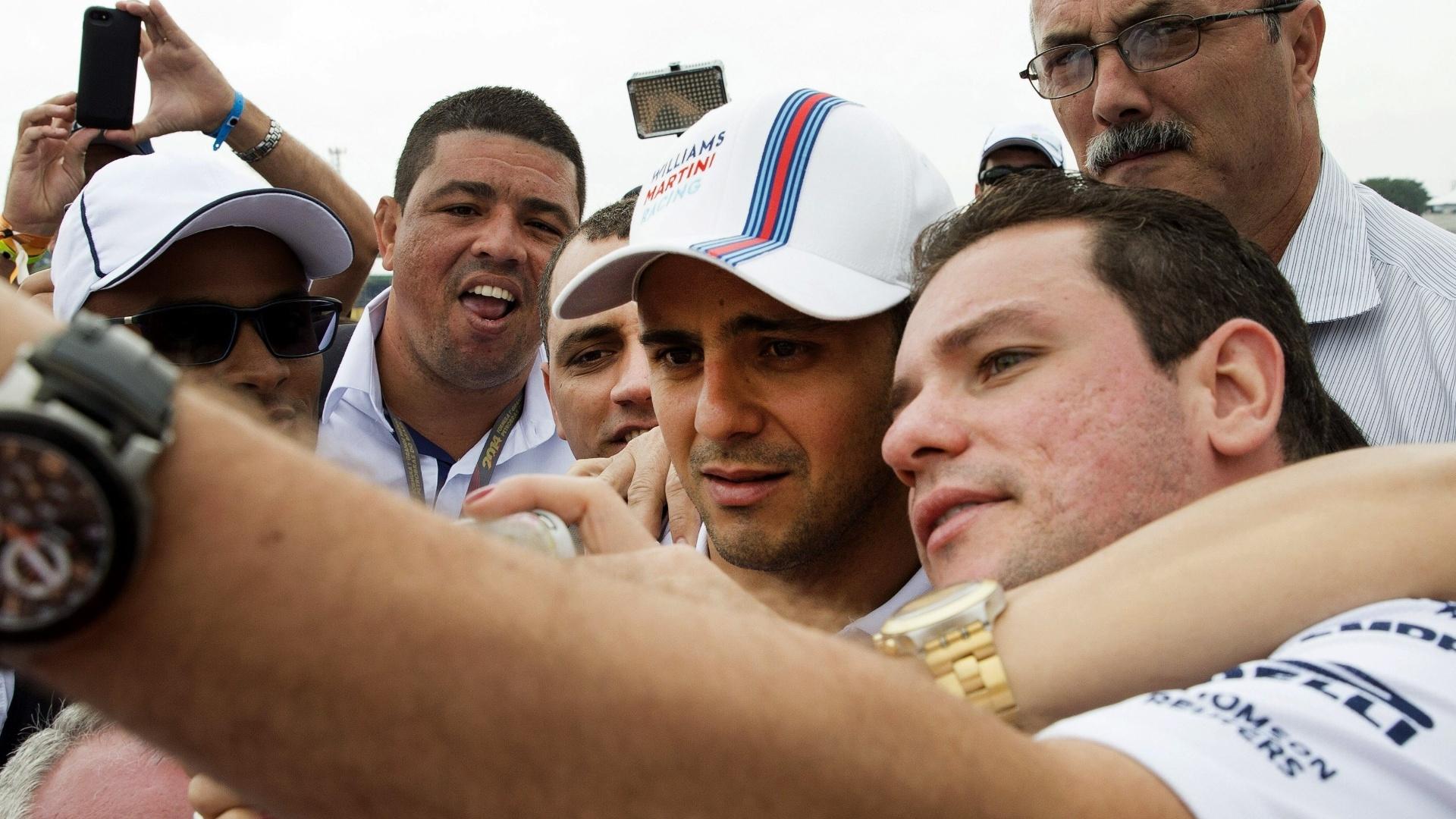 Felipe Massa é muito assediado por fãs na chegada ao circuito de Interlagos