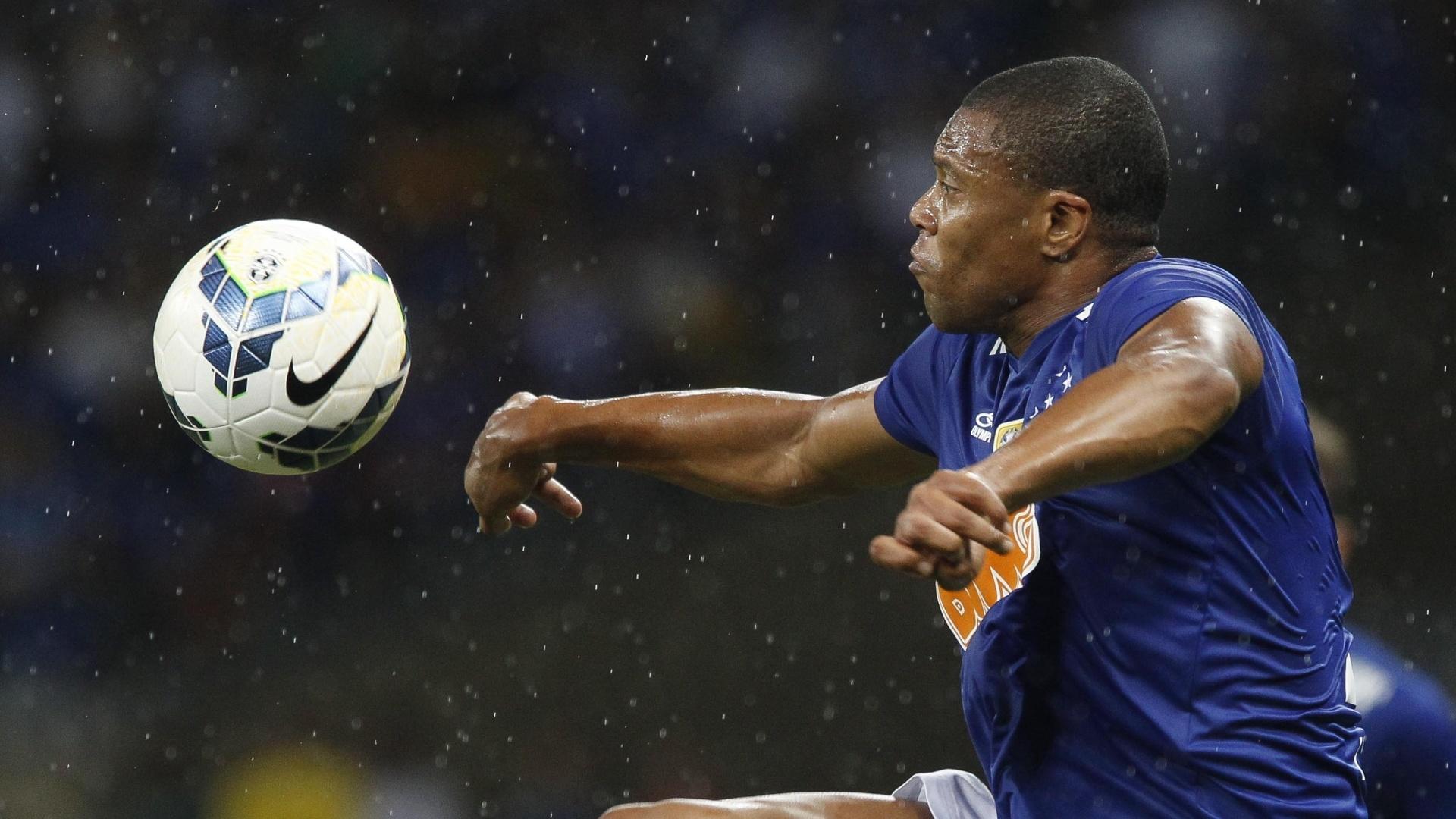 Julio Baptista se estica pelo alto para alcançar bola para o Cruzeiro