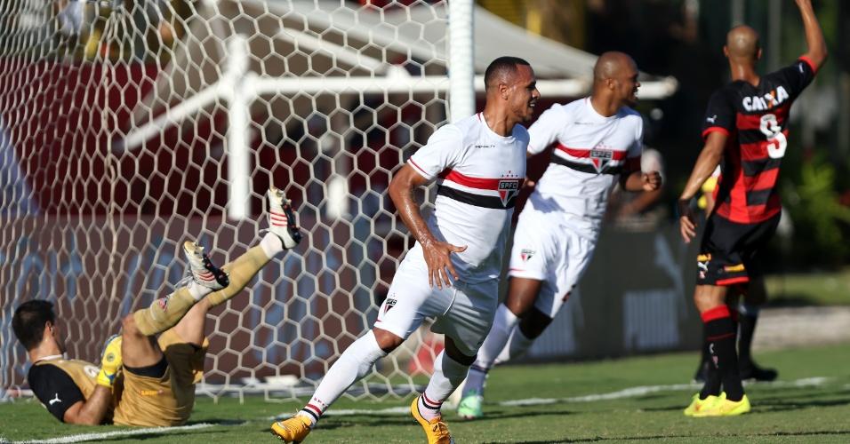 Luís Fabiano sorri após abrir o placar para o São Paulo contra o Vitória