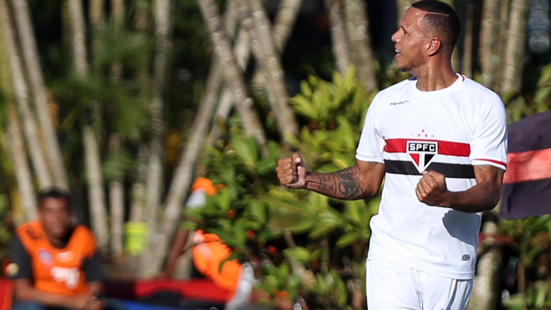 Luís Fabiano vibra com a torcida do São Paulo após gol contra o Vitória
