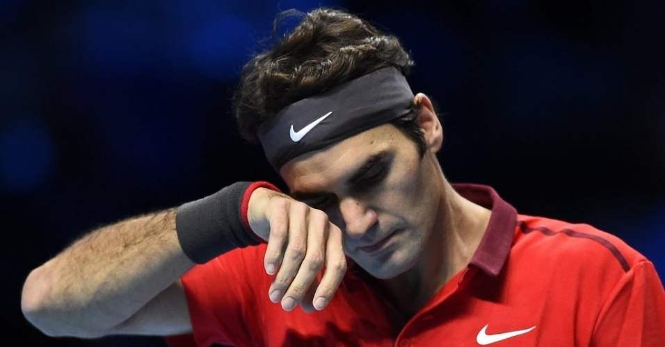 Roger Federer limpa o suor durante a partida contra Milos Raonic