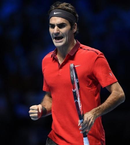 Roger Federer vibra ao vencer o primeiro set contra Milos Raonic
