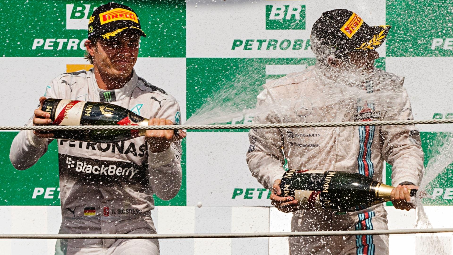 Rosberg e Massa celebram no pódio com champanhe. Alemão venceu e brasileiro foi o terceiro