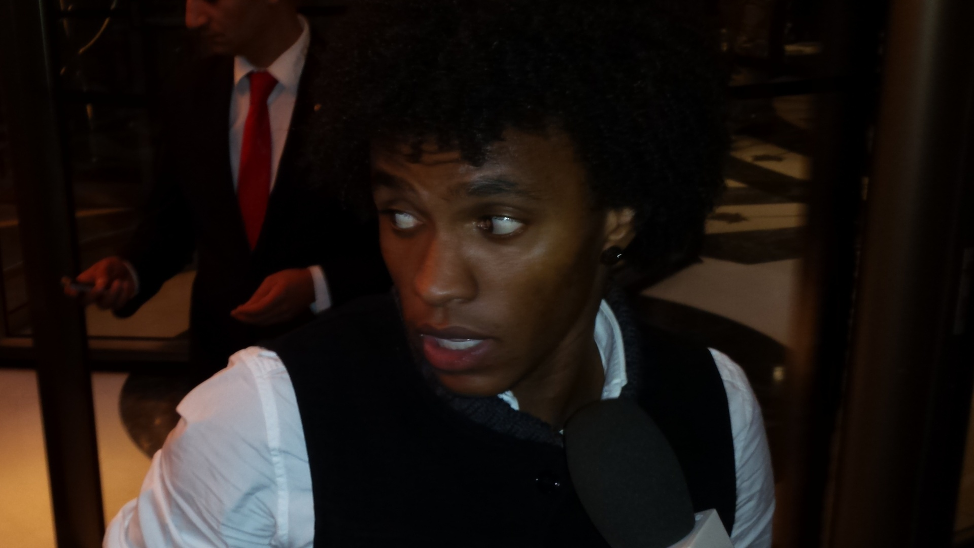 Willian chega ao hotel em Istambul, onde o Brasil joga contra a seleção da casa no dia 12