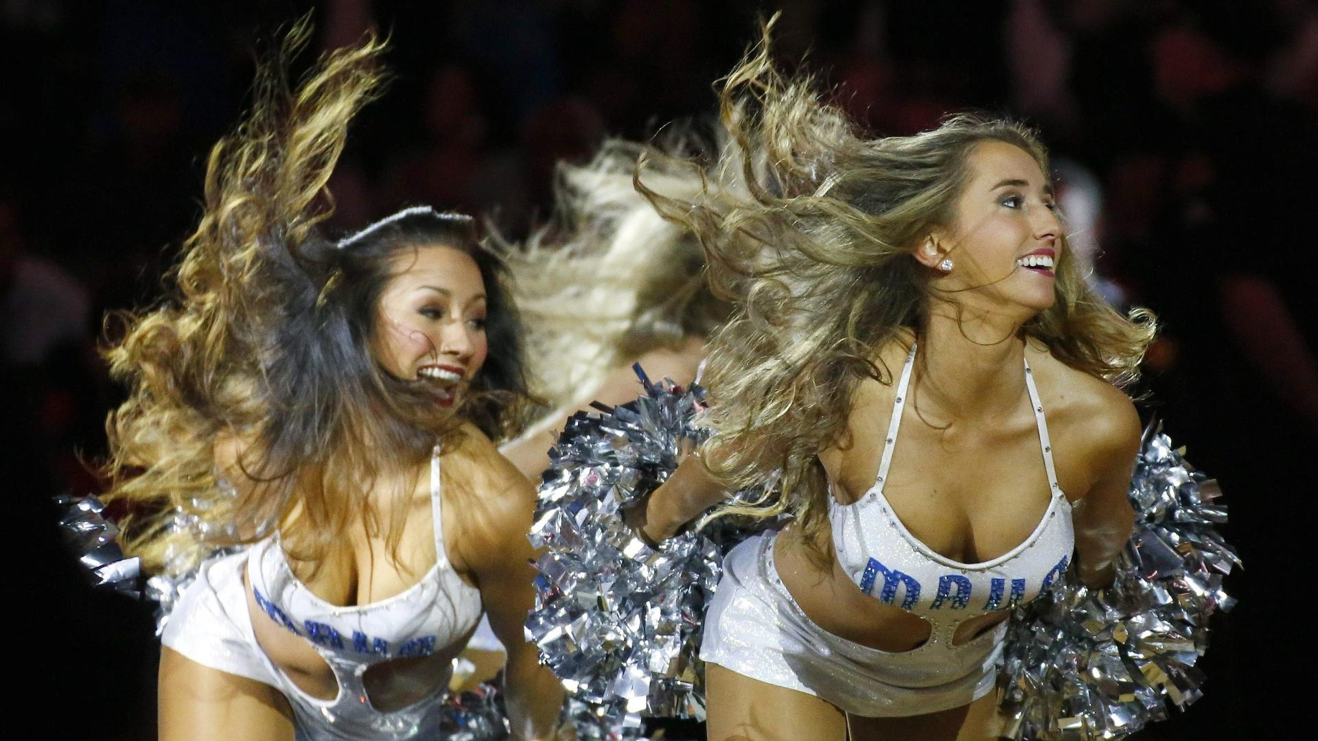 09.nov.2014 - Cheerleaders do Dallas Mavericks fazem apresentação na partida contra o Miami Heat