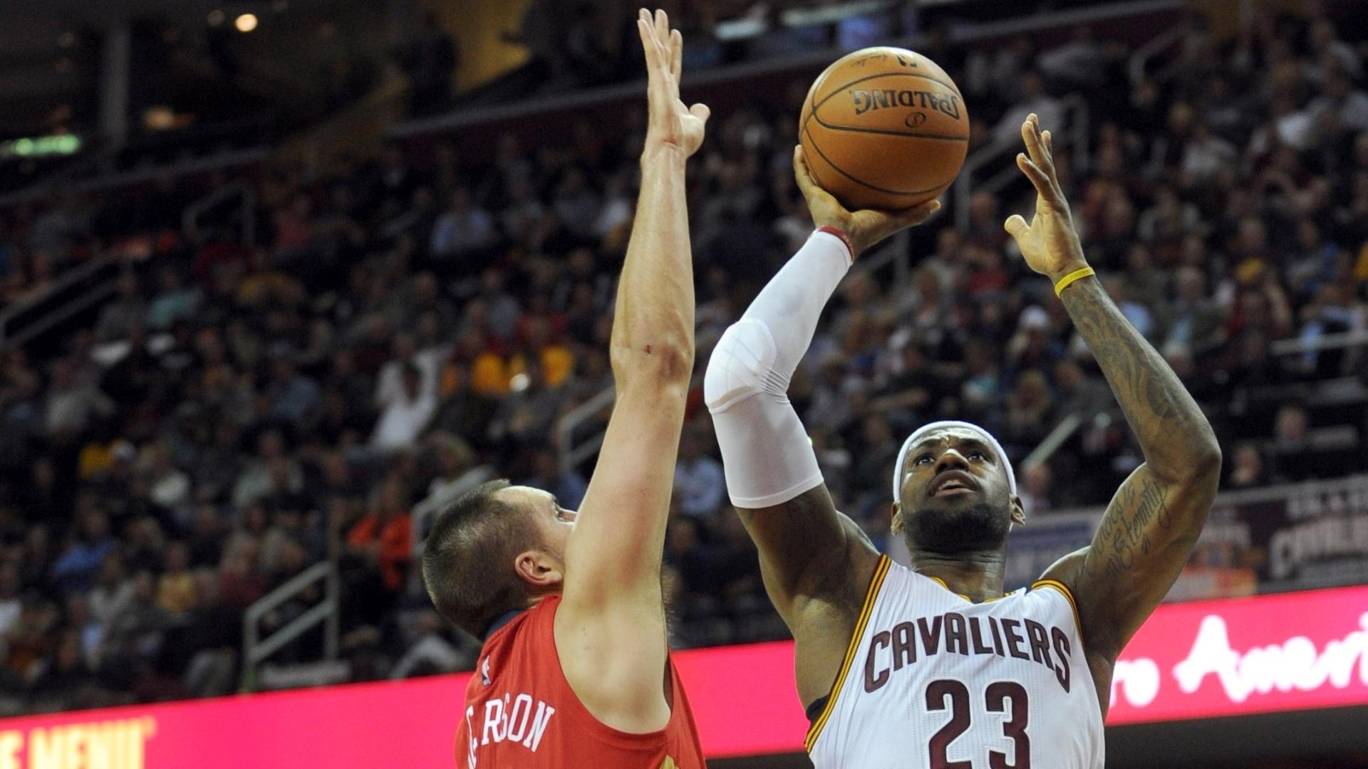 10.nov.2014 - LeBron James arrisca arremesso na vitória do Cleveland Cavaliers sobre o New Orleans Pelicans