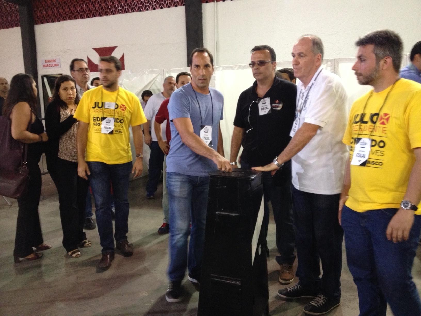 11.nov.2014 - O ex-atacante Edmundo vota nas eleições do Vasco