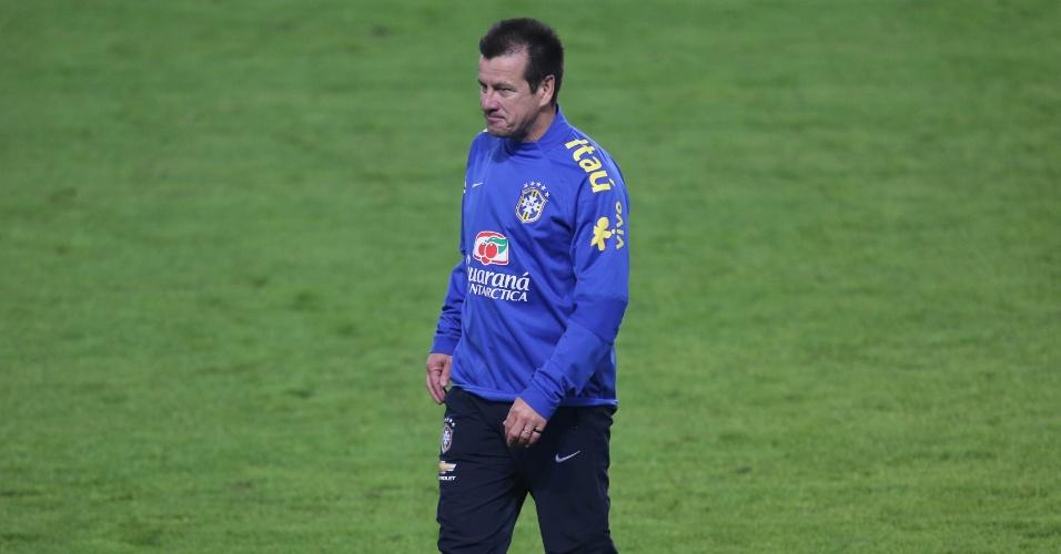 Dunga, técnico da seleção brasileira, acompanha treino em Istambul, um dia antes do amistoso contra a Turquia