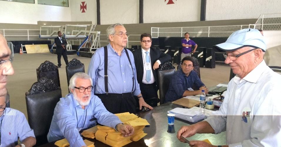Eurico Miranda, favorito nas eleições do Vasco para o cargo de presidente, conversa com sócios durante pleito em São Januário