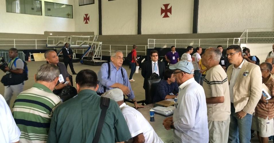 Eurico Miranda recebe sócios do Vasco para eleição presidencial do clube; realizada em São Januário