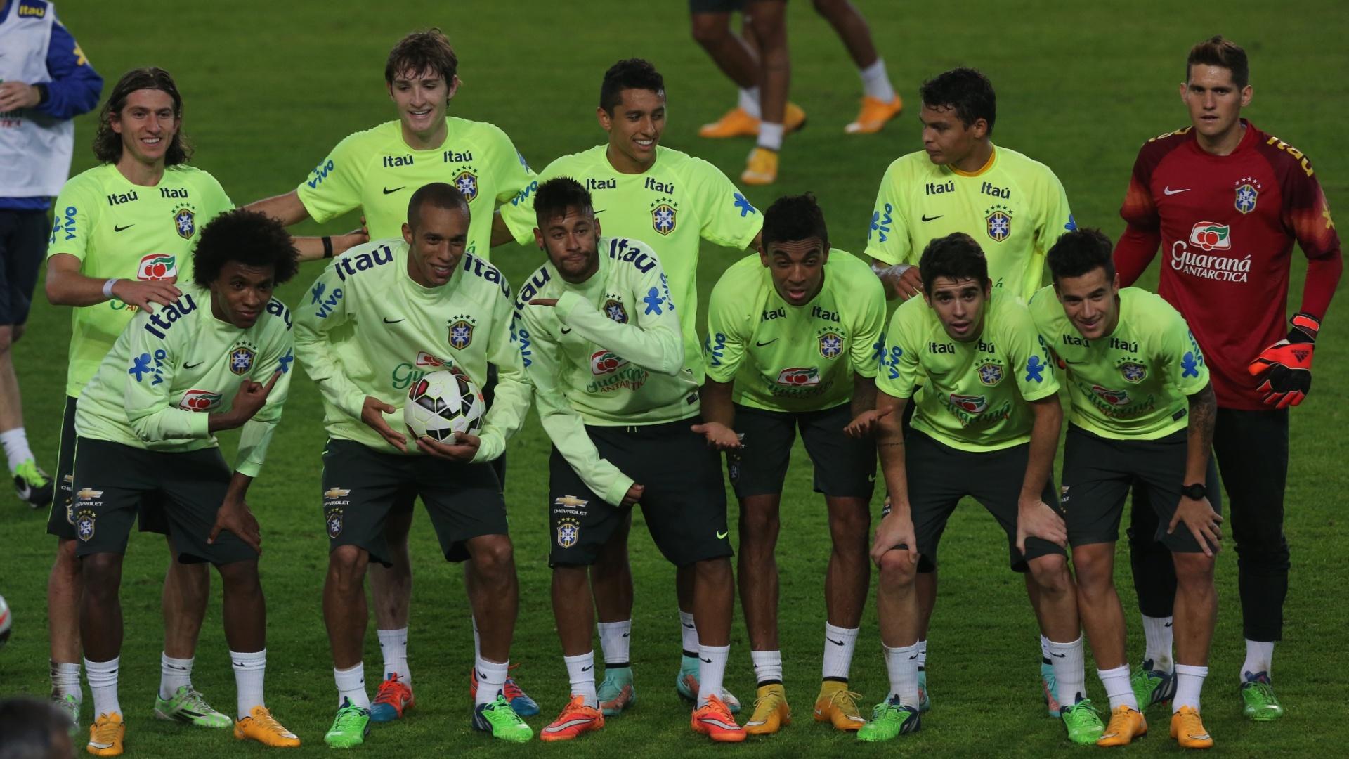Jogadores da seleção brasileira posam para foto antes de rachão em treino na Turquia e Neymar brinca com Miranda