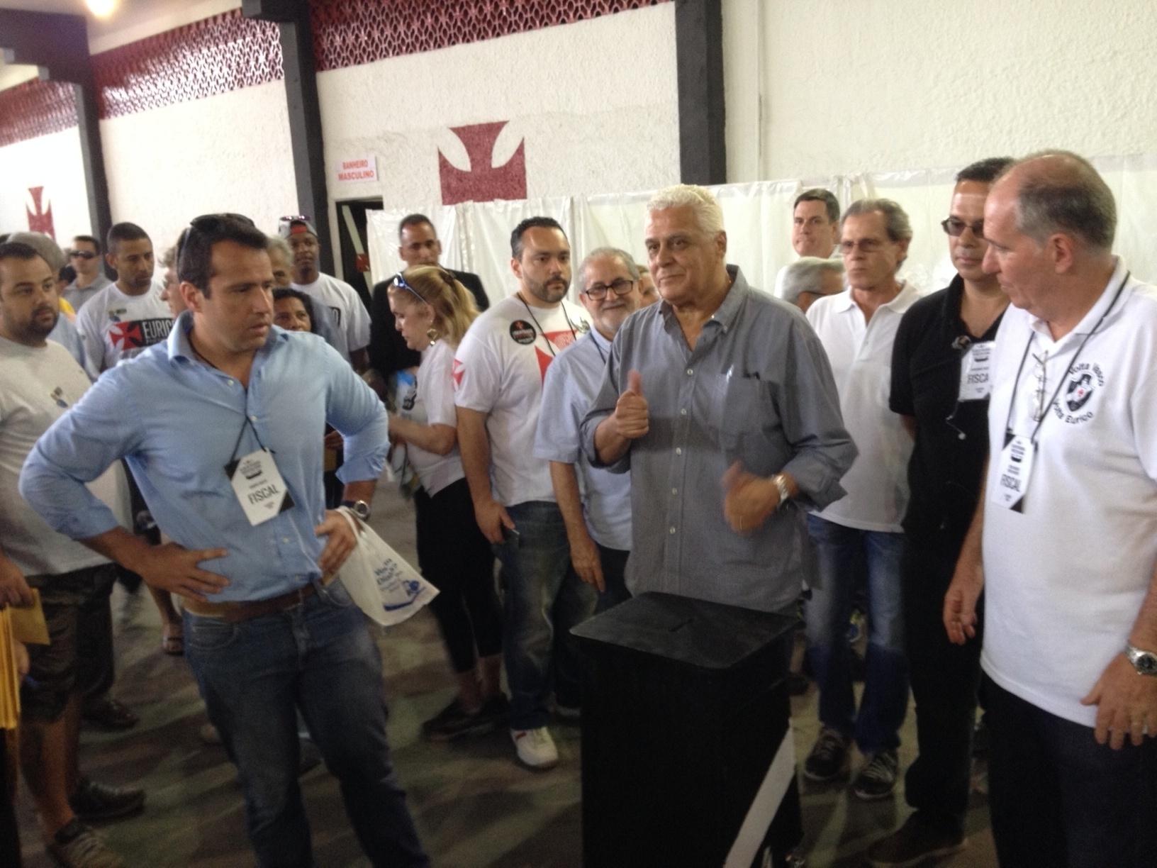 Longe do protagonismo nas eleições do Vasco, Roberto Dinamite demonstra otimismo após votar em São Januário