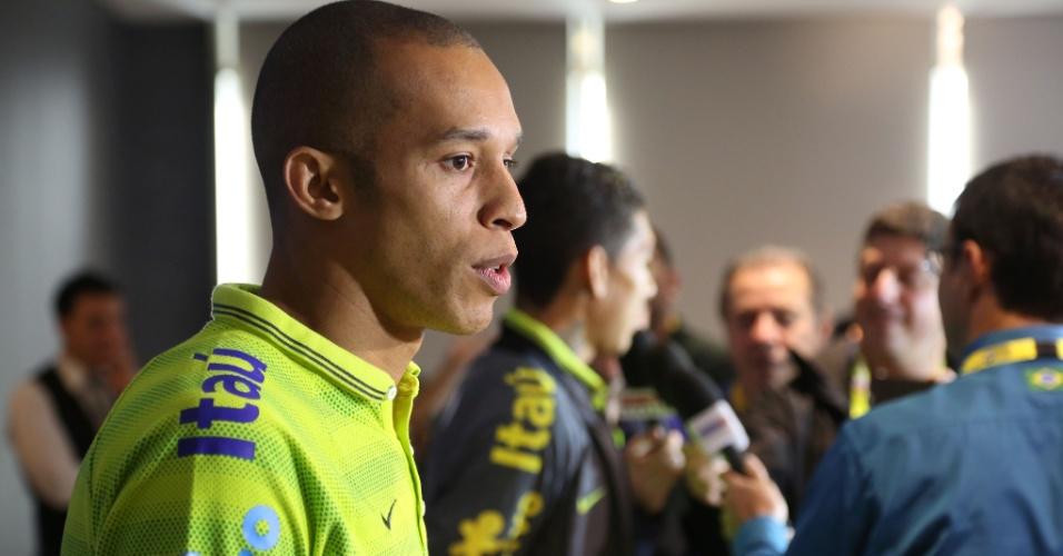 Miranda, zagueiro que será titular da seleção brasileira contra a Turquia, concede entrevista coletiva em Istambul