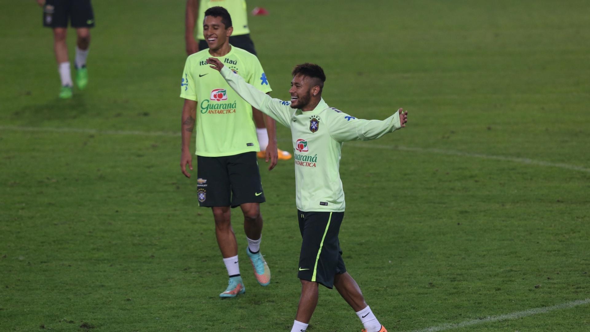 Neymar, atacante da seleção brasileira, sorri e abre os braços durante treino realizado em Istambul, onde a equipe enfrentará a Turquia