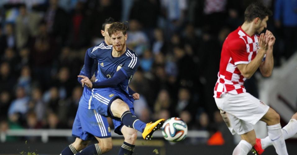 Ansaldi chuta para marcar o primeiro gol da Argentina em amistoso internacional