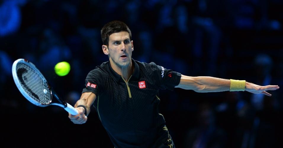 Djokovic rebate bola na partida contra Stanislas Wawrinka pela segunda rodada do Grupo A das Finais da ATP