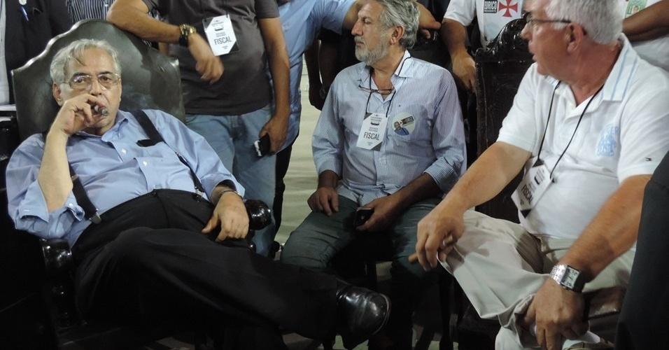 Eurico Miranda fuma charuto ao lado de companheiros de sua chapa nas eleições do Vasco
