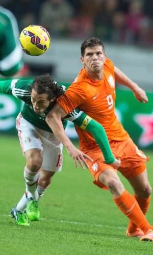 Guardado (verde) disputa bola com Huntelaar (laranja) no amistoso entre México x Holanda