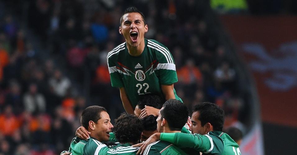Jogadores do México comemoram primeiro gol em amistoso
