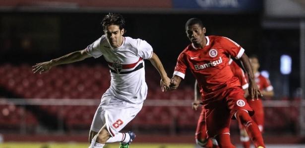 Kaká encara a marcação do Inter no jogo do São Paulo pelo Brasileirão