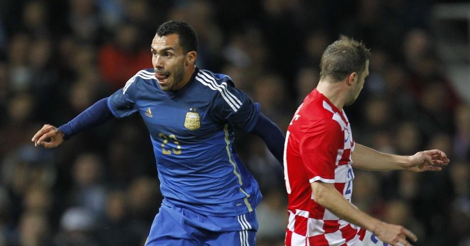 Tevez conduz a bola durante amistoso da Argentina contra a Croácia